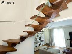 selbsttragende Holz-Treppe mit Glas-Geländer zur Sicherheit
