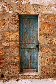 abriendo-puertas: The skinny Blue Door. By Mohannad Khatib Old Wooden Doors, Rustic Doors, Cool Doors, Unique Doors, Portal, Knobs And Knockers, Door Knobs, When One Door Closes, Wooden Door Design