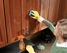 Professional house cleaners spill their 10 best-kept secrets to save time & effort. TIPS TRICKS CLEANING PROS Household Cleaning Tips, Diy Cleaning Products, Cleaning Solutions, Cleaning Hacks, Deep Cleaning, Cleaning Supplies, Cleaning Recipes, Microwave Cleaning, Cleaning Items