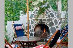 Ulkotakan ympärillä on mukavaa istua vilttiin kääriytyneenä viileinä syysiltoina. Lue Unelmien Talon & Kodin vinkit ja suunnittele omalle terassillesi sopiva takka!