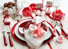 Cute And Romantic Valentine Dining Table Decoration Ideas - A couple of weeks ago I went to an intimate dinner party and thought the presentation would be great for a Valentine Day dinner. These Valentine's dec. Valentines Day Food, My Funny Valentine, Valentines Day Decorations, Valentine Crafts, Valentine Ideas, Valentine Party, Valentine Wreath, Valentine Stuff, Valentinstag Party