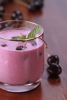 If you suffer from chronic inflammation or just want to get rid of some aches and pains, then this super anti-inflammatory pain reduction smoothie is just for you! This smoothie not only helps battle inflammation, but it increases your energy levels too. Cherry Smoothie, Juice Smoothie, Smoothie Drinks, Healthy Smoothies, Healthy Drinks, Smoothie Recipes, Freezer Smoothies, Healthy Milk, Recipes