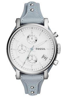 Die elegante Damen-Armbanduhr von Fossil überzeugt durch den modischen Kontrast von leuchtend weißem Zifferblatt, dem graublauen Lederband und dem markanten Gehäuse aus Edelstahl.