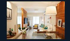 3 quartos, 90 m²: comprida e estreita, sala ganhou painéis de madeira no estar e jantar para criar unidade no ambiente. O rack, com apenas 25 cm de profundidade, abriga além dos equipamentos eletrônicos, bancos que podem ser usados em dia de casa cheia