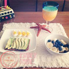 Desayuno sabatino:   Jugo de melón, piña y naranja  Tostada de centeno con palta y huevo   Plátano y blueberries  www.instagram.com/fitnessinaps www.facebook.com/fitnessina