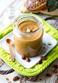 Paahdetuista maapähkinöistä syntyy tehosekoittimella pyöräyttäen herkullinen tahna, jota voi käyttää levitteenä tai antamaan lisämakua taikinoihin, smoothieen tai puuroon.