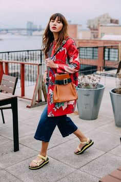 natalie off duty, tourist sandal outfits, ugly shoe trends, kimono, cropped jeans Sandals Outfit Summer, Summer Outfits, Sport Sandals, Hiking Sandals, Sandalias Teva, Skechers, Look Athleisure, Teva Flatform, Natalie Off Duty