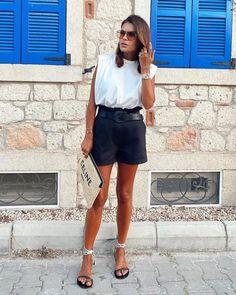 Looks frescos com shorts e sem salto - tem leveza, mas tem estilo Shorts Jeans, Denim Skirt, Bermudas Fashion, Camisa Oversized, Ideias Fashion, White Shorts, Short Dresses, Blazer, Photo And Video