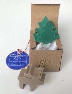 Zeep in de vorm van een kerstboom, rendier of ster. Verschillende kleuren mogelijk. Het zeepje wordt verpakt in een pergamijnen zakje of kraftpapieren doosje. Container, Kraft Paper