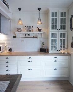 Vitrine-h ngeschr nke stapeln IKEA kitchen Ikea Bodbyn Kitchen, White Ikea Kitchen, Ikea Kitchen Cabinets, Country Kitchen, Kitchen Room Design, Home Decor Kitchen, Kitchen Interior, Home Kitchens, Ikea Kitchens