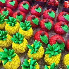 Olha que fofura! Por @docepapelcg #encontrandoideias #blogencontrandoideias Candy S, Candy Party, Fruit Birthday, Birthday Parties, Aloha Party, Fruit Party, Tropical Party, Pink Lemonade, Mini Cakes