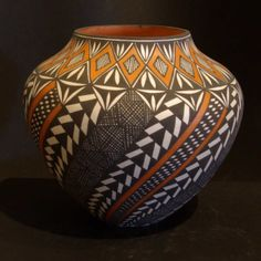 Information about Acoma Pueblo potter Sandra Victorino with photos of some of her hand-made Acoma pottery Glass Ceramic, Ceramic Bowls, Ceramic Pottery, Native American Pottery, Native American Art, Decorated Flower Pots, Mexican Ceramics, Southwestern Art, Pueblo Pottery