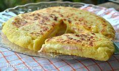 Pizza di patate con prosciutto e formaggio in padella
