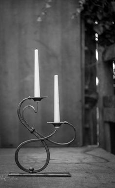 Foto Metal Candle Holders, Candle Stand, Candlestick Holders, Candlesticks, Metal Art Projects, Metal Crafts, Welding Projects, Blacksmith Shop, Blacksmith Projects