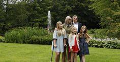 De Oranjes hebben hun jaarlijkse zomerfotosessie in de tuin van Landgoed De Horsten achter de rug. Koningin Máxima en prinses Amalia waren er ondanks een lichte hersenschudding en verstuikte enkel gewoon bij.