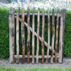 Easy Pieces: Wooden Garden Gates - Gardenista The perfect rustic gate for my rustic-meets-city backyard.The perfect rustic gate for my rustic-meets-city backyard. Wooden Garden Gate, Garden Gates And Fencing, Wooden Gates, Fence Gate, Fences, Picket Gate, Cedar Fence, Tor Design, Gate Design