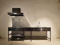 ブラックステンレス製のフレームキッチン。コンクリート打ちっ放しの無機質な空間に相性抜群です。