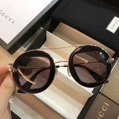 Image in Glasses 👓 collection by Zoé on We Heart It Sunnies, Trending Sunglasses, Luxury Sunglasses, Stylish Sunglasses, Gucci Sunglasses, Glasses Frames Trendy, Cool Glasses, Sacs Louis Vuiton, Glasses Trends