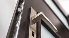 Las puertas de toda la casa suelen ser las grandes olvidadas en la limpieza general. Te damos varios consejos para mantenerlas impecables
