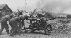 German gunners with a PAK -38, 50 mm caliber anti-tank cannon. Near Stalingrad .1942