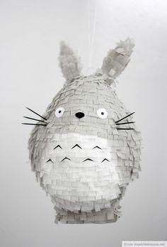 Für alle, die Süßigkeiten genau so gerne mögen wie Studio Ghibli Filme zeige ich hier, wie ihr eine Piñata im Totoro-Stil basteln könnt: 1. Rührt den Kleister laut Packungsanweisung an und zerreist eini paar alte Zeitungen. 2. Am besten, ihr...