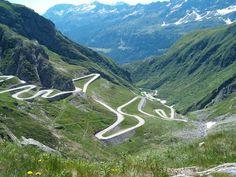 De Gotthardpas is de belangrijkste en zeer drukke noord-zuid-verbindingsweg over de Alpen. Misschien wel de belangrijkste weg routes in de Zwitserse Alpen!