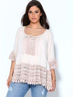 Siéntete muy femenina y coqueta con esta blusa de tejido semitransparente de gran caída con marcado diseño romántico. Camiseta interior en cómodo punto - Venca - 015247