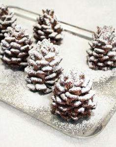Recipe: Snowy Chocolate Pinecones (made from nutella and cereal) - so cool! These snowy chocolate pinecones made from Nutella and cereal are a yummy snack and a fun craft for kids. No baking required! Christmas Sweets, Christmas Cooking, Christmas Goodies, Christmas Fun, Christmas Popcorn, Christmas Food Party Ideas, Christmas Deserts For Kids, Chrismas Party Food, Food Gifts For Christmas