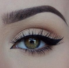 Have you always wanted to achieve that beautiful cat eye look with your eyeliner? If you're having a hard time, there are some easy cat eyes makeup tips you can try out. These tips will help you achieve the look every time in a matter of minutes. Makeup Blog, Love Makeup, Makeup Inspo, Makeup Inspiration, Makeup Tips, Hair Makeup, Makeup Style, Makeup Goals, Gorgeous Makeup