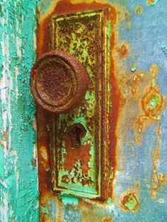 Rusted door handle- I love rust! Old Doors, Windows And Doors, Door Knobs And Knockers, Rust In Peace, Peeling Paint, Rusty Metal, Door Furniture, Rustic Charm, Vintage Art