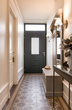A charming and chic retro effect with a Saline monalu door Imposte, bar of Entrance Design, Hall Design, Victorian House Interiors, Victorian Homes, Edwardian Hallway, Modern Villa Design, Houses In France, Hallway Inspiration, French Style Homes
