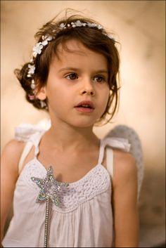 Bijoux de cheveux  coiffes, GAIA: Couronne enfant fleurs  baies - blanc est une création orginale de NuageColore sur DaWanda