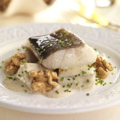 Bacalao con salsa de nueces Cod Fish Recipes, Food Inspiration, Yummy Treats, Mashed Potatoes, Pork, Tasty, Sweets, Meat, Chicken