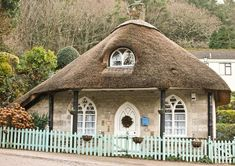 tiny cottage with thatched roof Thatched House, Thatched Roof, Cute Cottage, Cottage Style, House Of Beauty, English House, English Cottages, English Style, Unusual Homes