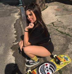 Skater Look, Girls Tumbler, Best Photo Poses, Skate Girl, Gangsta Girl, Skateboard Girl, Elegantes Outfit, Cute Girl Photo, Insta Photo Ideas