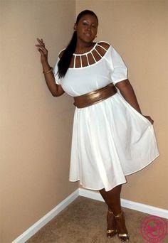 Стильное белое платье на полной молодой женщине