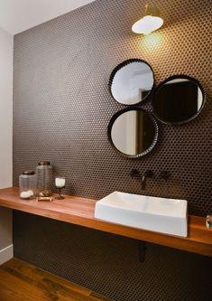 Bathroom | drie spiegels mama papa kindje  | penny round tiles