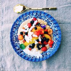It's quinoa for breakfast. Slowly warmed with a few drops coconut oil and spices to develop a nice flavor after that I added coconut milk to create this creamy porridge. Garnished with seasonal fruits, berries and coconut chips. #tgif #quinoa #healthybreakfast