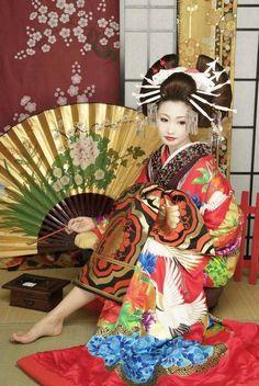 Geisha with gigantic fan Japanese Beauty, Asian Beauty, Afrique Art, Memoirs Of A Geisha, Art Japonais, We Are The World, Japanese Models, Japan Art, Japanese Kimono