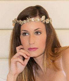 Tocado NOZZE D'ORO Corona fina de flores de porcelana hechas y pintadas a mano en dorado champán. #tiara #wedding #bridal #millinery #porcelain #novia #boda #porcelana #dorado #golden #flor #flores