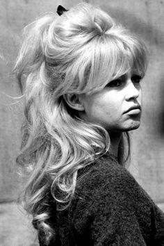 Best Ideas For Wedding Hairstyles Updo Messy Brigitte Bardot Retro Hairstyles, Celebrity Hairstyles, Wedding Hairstyles, Casual Hairstyles, Medium Hairstyles, Curly Hairstyles, 70s Disco Hairstyles, Bridget Bardot Hair, Brigitte Bardot Hairstyle