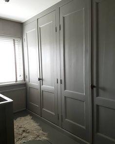 Vandaag kleding uitgezocht. En kast schoongemaakt. Pfff. Het verbaast me steeds weer wat een stof er in dichte kasten ligt. Hoe doen ze dat als je een walk-in closet hebt. #kledingkasten #weeropgeruimd #oudedeuren #ruimtevoorwatnieuws #myhome #gritti #binnenkijken Build A Closet, Armoire, Lockers, Locker Storage, Doors, Cabinet, Grey, House, Furniture