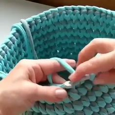 Aprenda Crochê De Modo Rápido e fácil e Bastante Simples Knitting TechniquesKnitting For KidsCrochet ProjectsCrochet Ideas Crochet Home, Diy Crochet, Crochet Crafts, Crochet Projects, Knitting Stitches, Knitting Patterns, Crochet Patterns, Beginner Knitting, Crochet Basket Pattern