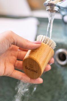 Unsere Peelingbürste mit hellen Rosshaaren ist besonders hautfreundlich. Bürstenmassagen sind belebend und reinigen die Haut, die durch die Behandlung geschmeidig und samtweich wird. #plastikfrei #Hautpflege #Gesichtsreinigung #Peeling #Peelingbürste #bürstenerzeugung