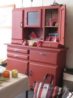 2010-05-buffet rouge Kitchen Cabinets And Cupboards, Kitchen Dresser, Old Kitchen, Kitchen Furniture, Vintage Kitchen, Home Furniture, Red Painted Furniture, Painted Buffet, Chalk Paint Furniture