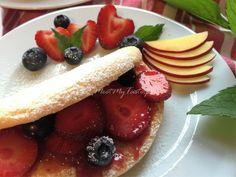 Biskwit z dżemem i owocami