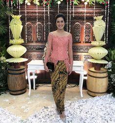 Kebaya Sabrina, Indonesian Kebaya, Kebaya Brokat, Model Kebaya, Graduation Photoshoot, Batik Dress, Beautiful Women, Lace, Sexy