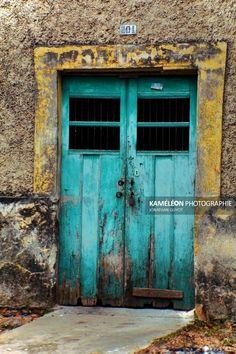 Porte bleue dune maison coloniale