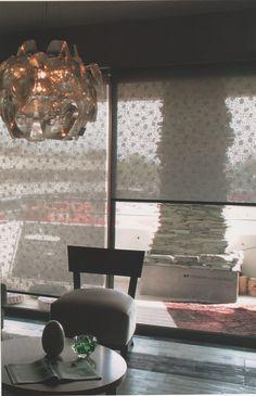 Son cortinas de enrollamiento superior, que ocupan un mínimo lugar en la ventana y que permiten el uso del doble cortinado o de fondo de cortina. Con sistemas manuales de cadena o con motores instalados dentro del tubo de la misma, pueden utilizarse con un doble cortinado debido a Que pueden ser automatizadas a control remoto o con pulsador. MEL INTERIORES Gorriti 4700 - esq. Malabia (54-11) 4833-3106 / 4776-4200 cortinas@melinter... Palermo Soho - Buenos Aires - Argentina Cortinas Rollers, Soho, Table Decorations, Furniture, Home Decor, Tablecloth Curtains, Fabrics, Sweet Home, Chain