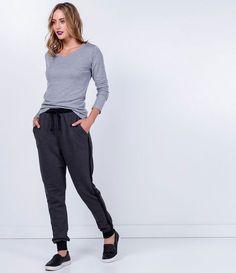 Calça feminina Modelo jogger Com punho Listra lateral Com bolsos Amarração na cintura Marca: Blue Steel Tecido: moletom Composição: 68% algodão e 32% poliéster Modelo veste tamanho: P COLEÇÃO INVERNO 2016 Veja outras opções de calças femininas.
